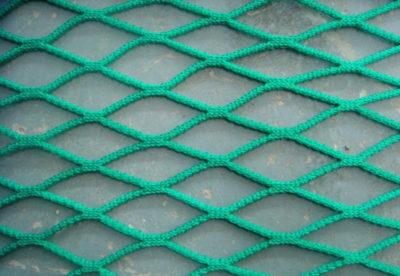 Как натянуть сетку рабицу тросом